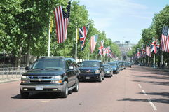 President Obama arrives at Buckingham Palace. US President Barack Obama's motorcade together with a police escort travelled down the Mall on its way to Stock Photo