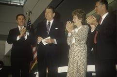 President Ronald Reagan, Mevr Reagan en de gouverneur George Deukmejian van Californië juichen Ronald Reagan toe Stock Foto