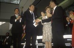 President Ronald Reagan, Mevr Reagan en de gouverneur George Deukmejian van Californië juichen Ronald Reagan toe Royalty-vrije Stock Afbeelding