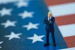 Presidente americano diminuto do homem de negócios que está no Stat unido Fotografia de Stock Royalty Free