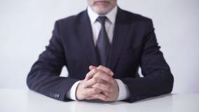Presidente da placa do corporaçõ que senta-se na mesa de escritório, carreira bem sucedida do negócio filme