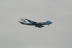 Presidente de los Estados Unidos que lleva Barack Obama de los aviones de Estados Unidos Air Force One que desciende para aterriz Fotografía de archivo libre de regalías