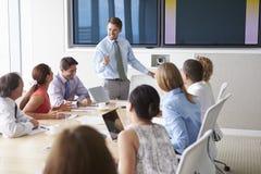 Presidente de motivación que habla con los empresarios en la sala de reunión Imagen de archivo libre de regalías