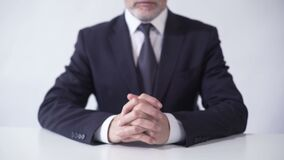 Presidente del consiglio di amministrazione di società che si siede alla scrivania, riuscita carriera di affari stock footage