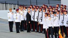 Presidente el Dr. Tony Tan que revisa guardar-de-honor Imagen de archivo