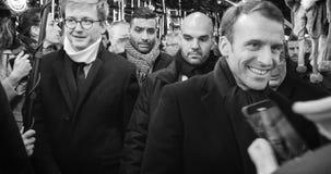 Presidente francês Emmanuel Macron no mercado do Natal com multidão imagens de stock royalty free