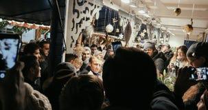 Presidente francês Emmanuel Macron no mercado do Natal com multidão foto de stock