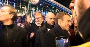 Presidente francês Emmanuel Macron no mercado do Natal com multidão video estoque