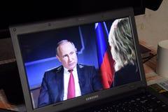 Presidente Vladimir Putin do russo na tela do portátil imagens de stock royalty free