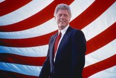 Presidente William Jefferson Clinton delante de rayas de la bandera americana ilustración del vector