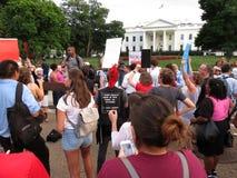 Presidente y muchedumbre en la Casa Blanca Fotografía de archivo