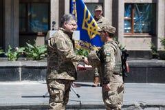 Presidenten av Ukraina Petro Poroshenko har tilldelat soldaten Royaltyfri Fotografi