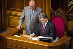 Presidenten av Ukraina Petro Poroshenko undertecknar lag på ratificering Arkivfoton