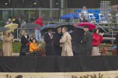 Presidenten för tidigare USA George HW Bush skakar händer med presidenten för tidigare USA Bill Clinton under den storslagna öppn Royaltyfri Foto