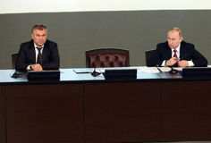 Presidenten från den ryska federationen Vladimir Putin och ordförande av den statliga Dumaen av den federala enheten av den ryska Royaltyfri Fotografi