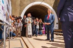 Presidenten Poroshenko öppnar den nya järnväg tunnelen i Carpathiansna royaltyfria bilder