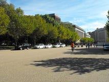 Presidentens säkerhetstjänstbilar som posteras på Lafayette, parkerar across från Vita Husetbesökareporten Fotografering för Bildbyråer