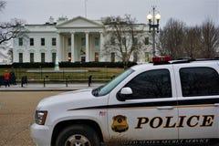 Presidentens säkerhetstjänstpolisfordonet står klar på Vita Huset royaltyfria bilder