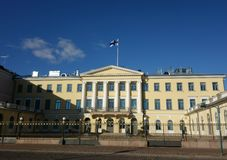 Presidentpalatset och dess vakter i Helsingfors, Finland Royaltyfri Fotografi