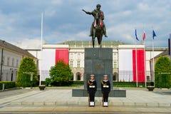 Presidentpalatset och staty av prinsen Jozef Poniatowski i Warszawa, Polen Arkivfoto