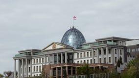 Presidents- uppehåll i Tbilisi Ovanför den vinkande flaggan för glass kupol av Georgia arkivfilmer