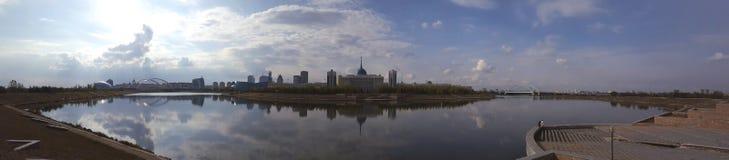 Presidentslott på floden i Astana arkivbilder