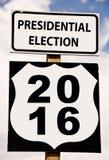 Presidentsverkiezing 2016 op Amerikaanse roadsign Stock Foto's
