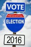 Presidentvalet röstar roadsign för amerikanen 2016on Arkivfoton