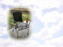 Sedia del patio e cartolina del cielo Immagini Stock Libere da Diritti