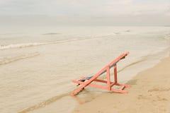 Presidenza di spiaggia dentellare immagini stock libere da diritti