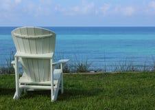 Presidenza di spiaggia di Adirondack con la vista di oceano Fotografia Stock Libera da Diritti