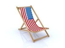 Presidenza di spiaggia di legno con la bandiera americana Fotografia Stock