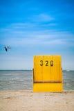 Presidenza di spiaggia di vimini coperta Immagini Stock Libere da Diritti