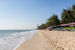 Presidenza di spiaggia ed ombrello variopinto sulla spiaggia Fotografie Stock