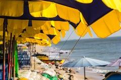 Presidenza di spiaggia ed ombrello variopinto sulla spiaggia Immagine Stock Libera da Diritti