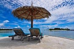 Presidenza di spiaggia Maldive con l'ombrello di spiaggia Fotografia Stock Libera da Diritti