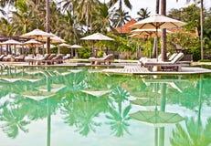 Presidenza di Sunbath alla piscina fotografia stock libera da diritti