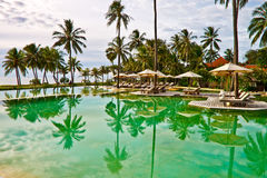 Presidenza di Sunbath alla piscina fotografia stock