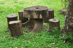 Presidenza e tabella di legno del ceppo Fotografie Stock Libere da Diritti