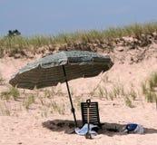 Presidenza ed ombrello di spiaggia fotografie stock libere da diritti