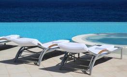 Presidenza esterna di lusso della piscina Fotografia Stock Libera da Diritti
