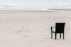 Presidenza vuota alla spiaggia fotografia stock