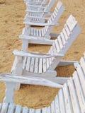 Presidenze di legno sulla spiaggia Fotografia Stock