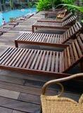 Presidenze di piattaforma del Poolside, loungers immagini stock