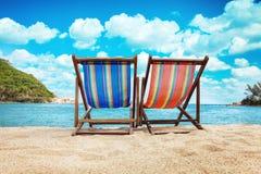 Presidenze di piattaforma sulla spiaggia in Tailandia Fotografia Stock