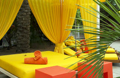 Presidenze di salotto della piscina dell'hotel Fotografia Stock Libera da Diritti