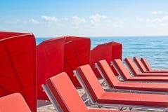 Presidenze di spiaggia & tonalità rosse della cabina Immagine Stock Libera da Diritti