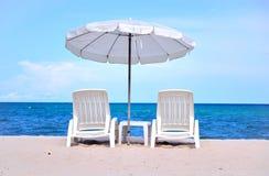 Presidenze di spiaggia di Sun con l'ombrello Fotografie Stock