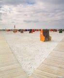 Presidenze di spiaggia di vimini coperte Fotografia Stock