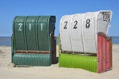 Presidenze di spiaggia di vimini coperte Immagine Stock Libera da Diritti